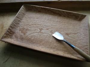欅の角皿を彫る